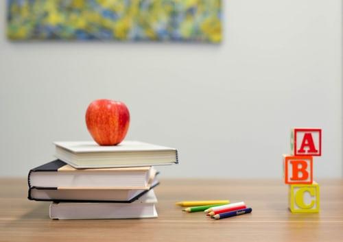Skolebøger med æble